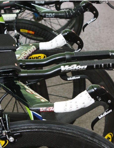Like most other teams, Liquigas has equipped its Cannondale Slice Hi-Mod bikes with flat base bars.