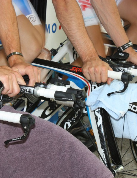 Skil-Shimano riders are using a mix of dropped and flat base bars.