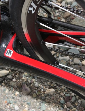 Gary Fisher pushes the non-drive chain stay right up to the edge of the bottom bracket shell.