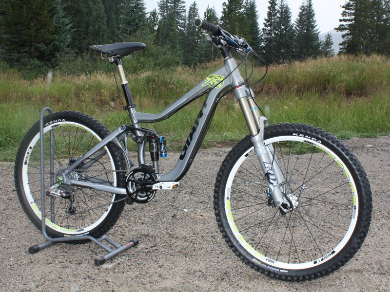 The 2010 Reign X0 is said to weigh just 13.7kg (30.2lb) without pedals