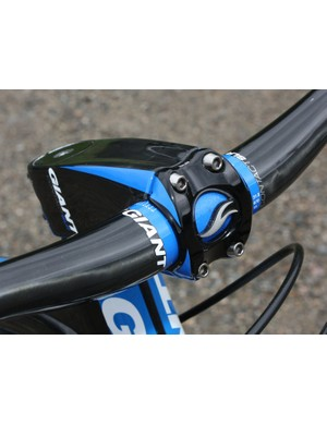 The four-bolt faceplate is made of 2-D forged aluminium and is fixed with titanium hardware
