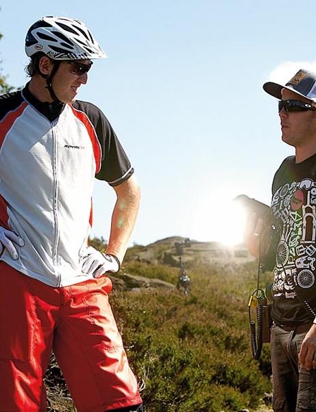 Steve Peat admires Jamers' T-shirt
