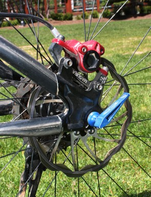 The rear wheel is fixed to the frame with an ultralight USE SpinStix skewer