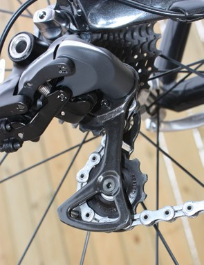 The Dura-Ace Di2 rear derailleur uses the same carbon pulley cage as on 7900