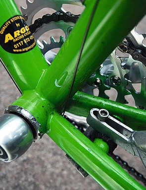 Attach it simply and easily to your dropouts and the chainstay bridge