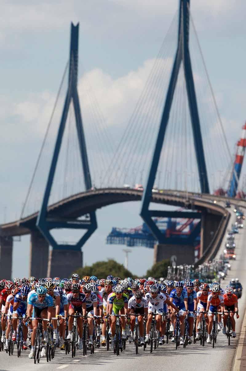 The peloton crosses the Kohlbrand bridge