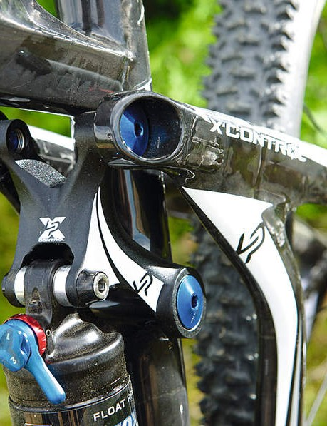 Lapierre's attention to detail is impressive with blue 'cuffs and collar' colour matching everywhere on the 700