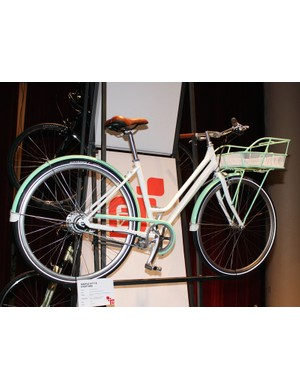 The Gary Fisher Simple City 8 is styled after Dutch commuters with comfortable upright positioning and included mudguards