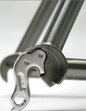 Replaceable aluminium dropouts.