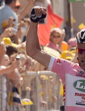 Italy's Danilo Di Luca (LPR) celebrates as he crosses the finish line in the pink leader's jersey of the tenth stage of the 92nd Giro of Italy between Cuneo and Pinerolo in victory on May 19, 2009.