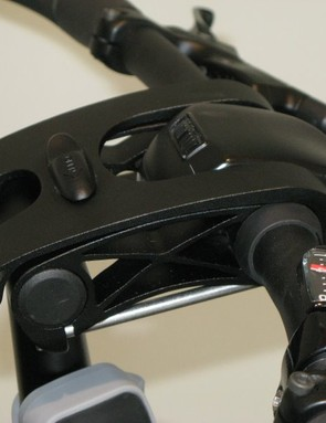 The Dahon IOS XL's handlebar stem provides easy adjustment of the riding position