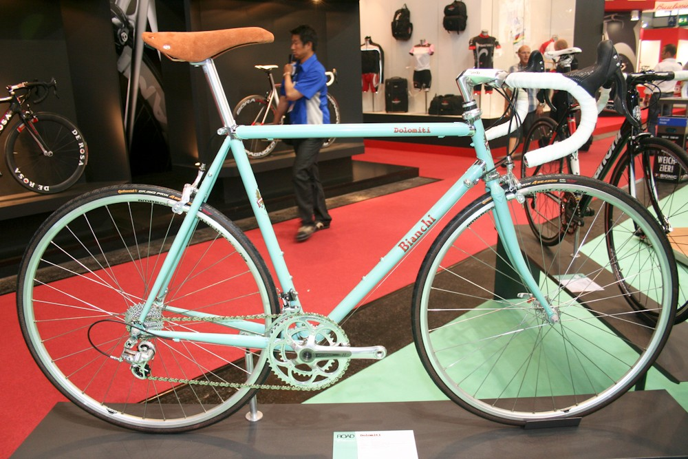 More classic styling on the mudguard- and rack-ready Dolomiti