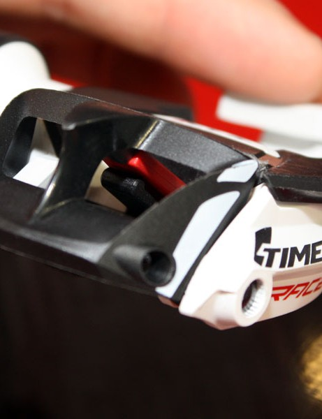 The red bit in the middle is the 'trigger' that holds the rear latch partially open when the cleat is disengaged, thus making for far easier entry than usual.