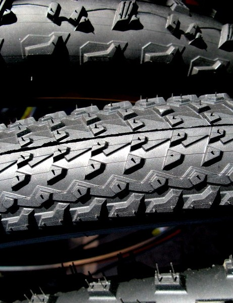 Geax AKA has small tread blocks for fast rolling on dense surfaces.