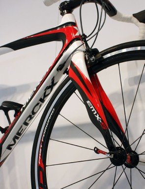 The wavy fork on the EMX-5 recalls the styling on Pinarello's Onda unit.