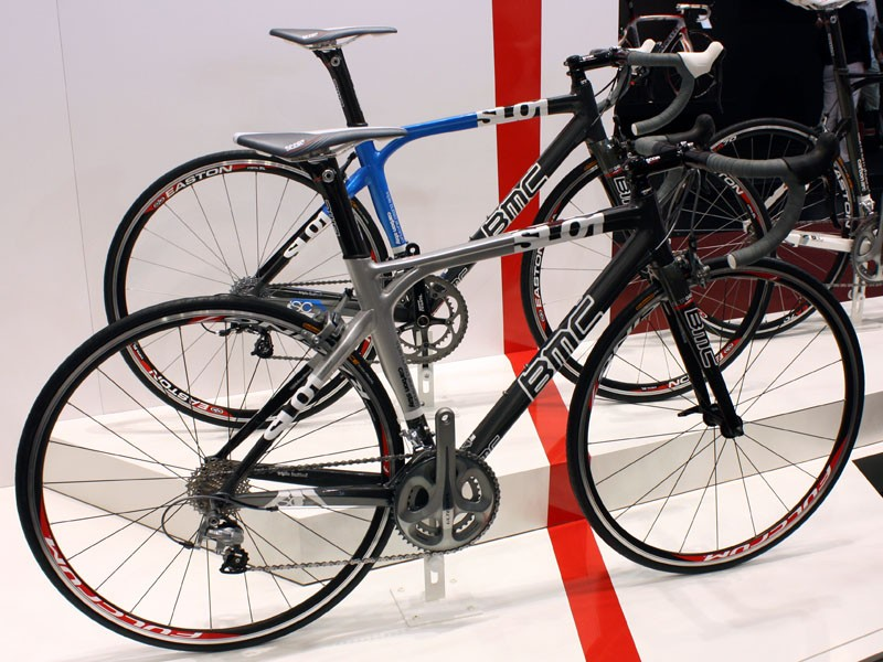 The mid-range SL01 bears the look of a carbon frame but actually uses an aluminium front triangle.