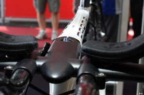 The integrated stem is positioned inline with the level top tube.