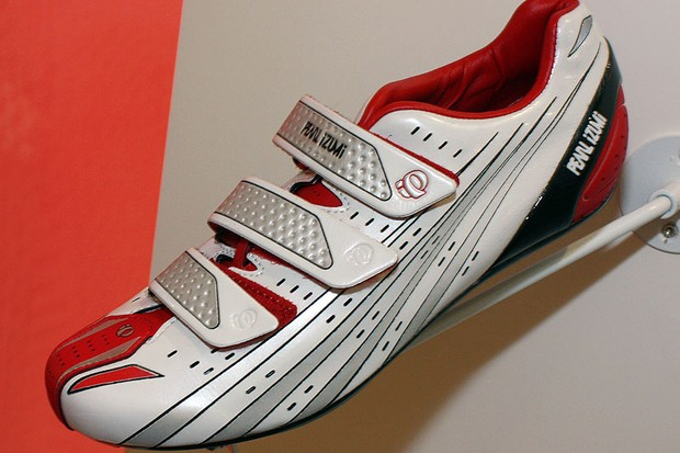 Pearl Izumi's flagship Octane SL shoe has been revised for 2010 with a lower-volume fit, offset straps, a memory foam-lined tongue, and a new carbon fibre heel counter for a tighter hold.