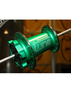 Tune's new Cannondale Lefty-specific Cannonball SL front hub weighs just 89g complete with an integrated puller to easily remove it from the axle stub.