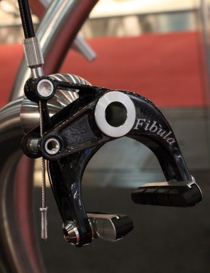 The rear Fibula brake does without the power-amplifying linkage for reduced weight.