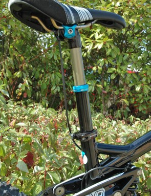 A Crank Brothers Joplin dropper seatpost is used for quick adjustments