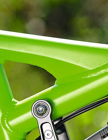 A neat hydroformed brace spans to the low top tube
