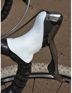 As compared to the stock Shimano Dura-Ace 7800 hoods, the Hudz version fills in the dip in the top to provide a flatter perch that doesn't put as much pressure on the hooks of your thumbs