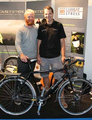 James Bowthorpe (L), Santos general manager Robbert Rutgrink (R) and the record breaking Santos Travelmaster Alu 2.8