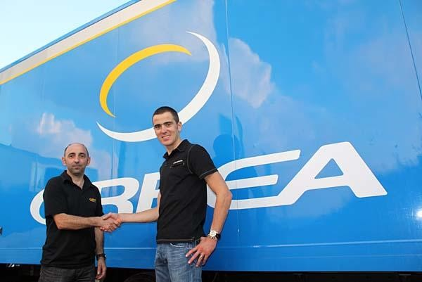 Orbea team manager Ixio Barandiarán and Julien Absalon shake hands upon the renewal of Absalon's contract for three more years
