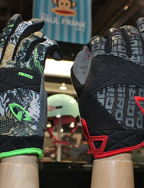 Minimal padding on the DJ gloves softens landings while the unique Super Fit three-piece palm helps minimise bunching