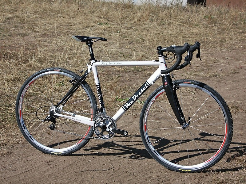 Van Dessel have beefed up their Gin & Trombones for 2010 with a wider and stiffer top tube, BB30 bottom bracket shell and tapered front end
