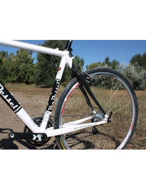 Medium-sized aluminium chainstays are matched to a carbon fibre seatstay assembly