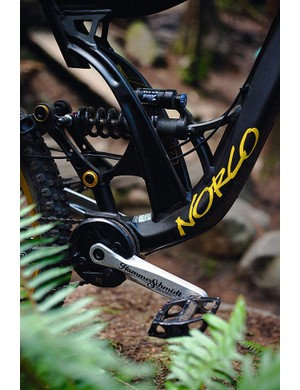 Stiff and responsive four-bar suspension with a low centre of gravity
