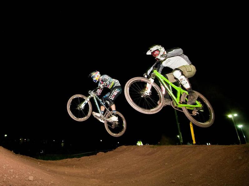 Brian Lopes (right) takes on Gee Atherton in the Mountain Biking UK Eliminator dual slalom at BikeRadar Live.