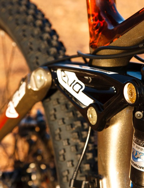 The Fox DRCV shock mounted directly to the Evo link