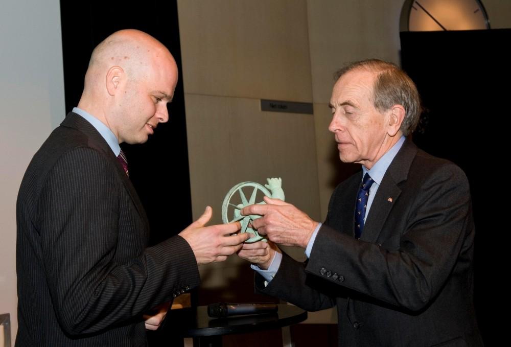 Cervélo co-founder Gerard Vroomen (L) accepts his Netherlands 2009 Engineer of the Year award from John Dekker.