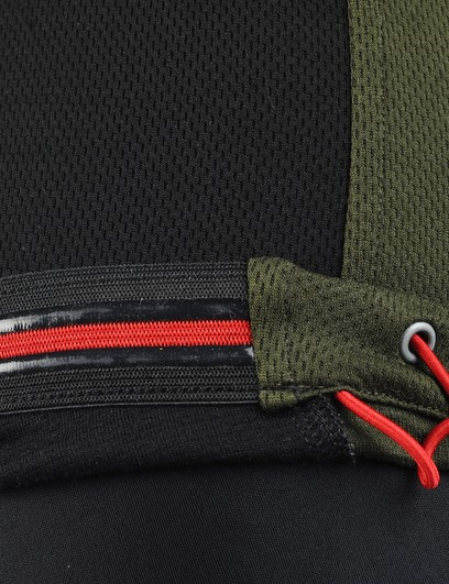 A silicone lining at the rear hem helps keep the back of the jersey in place while the drawstring is available to seal up drafts if needed