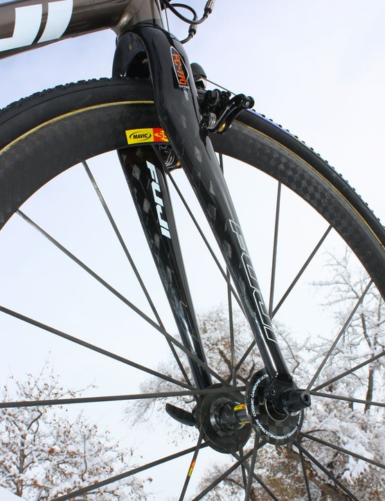 The Fuji FC-770 fork uses carbon blades bonded to an alloy crown and steerer