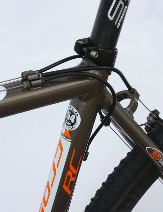 Top tube routing helps keep the cables protected from wheel spray