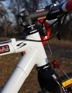 The head tube houses a straight, non-tapered 1 1/8in carbon steerer