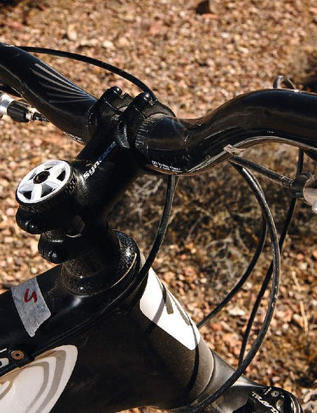A superlight Syntace  stem helps keep weight  low at the front