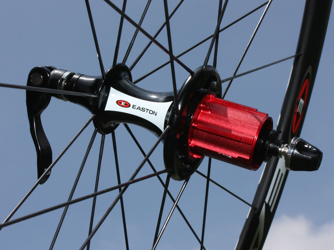 Straight-pull spokes anchor into the alloy rear hub shell with a radial/cross pattern