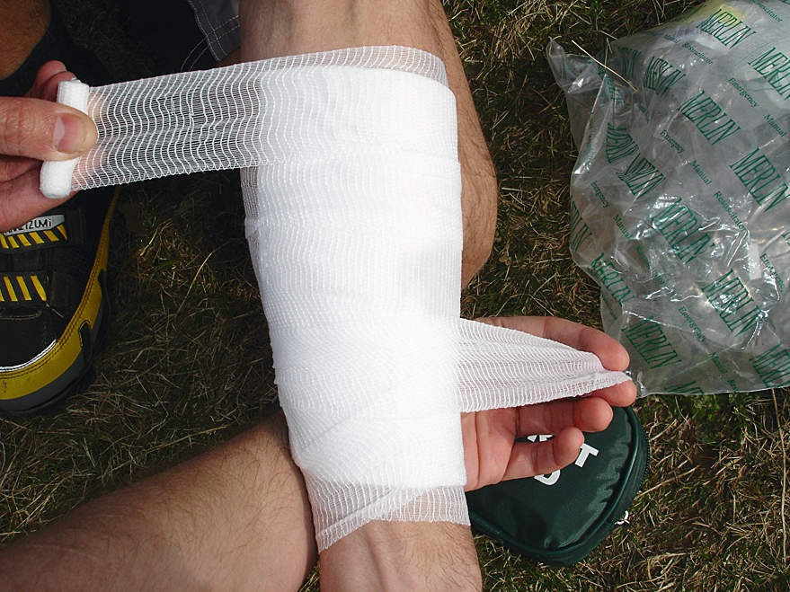Wind the ends of the bandage around the gauze dressing, overlapping each end by 2-3cm and tie together in a bow