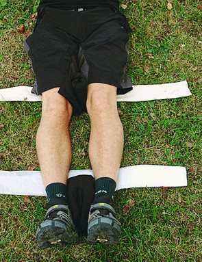 Open up the triangular bandages and pass them under the natural hollows of the knees and ankles