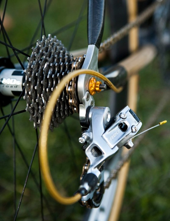 The CNC-machined aluminium dropouts include a replaceable derailleur hanger