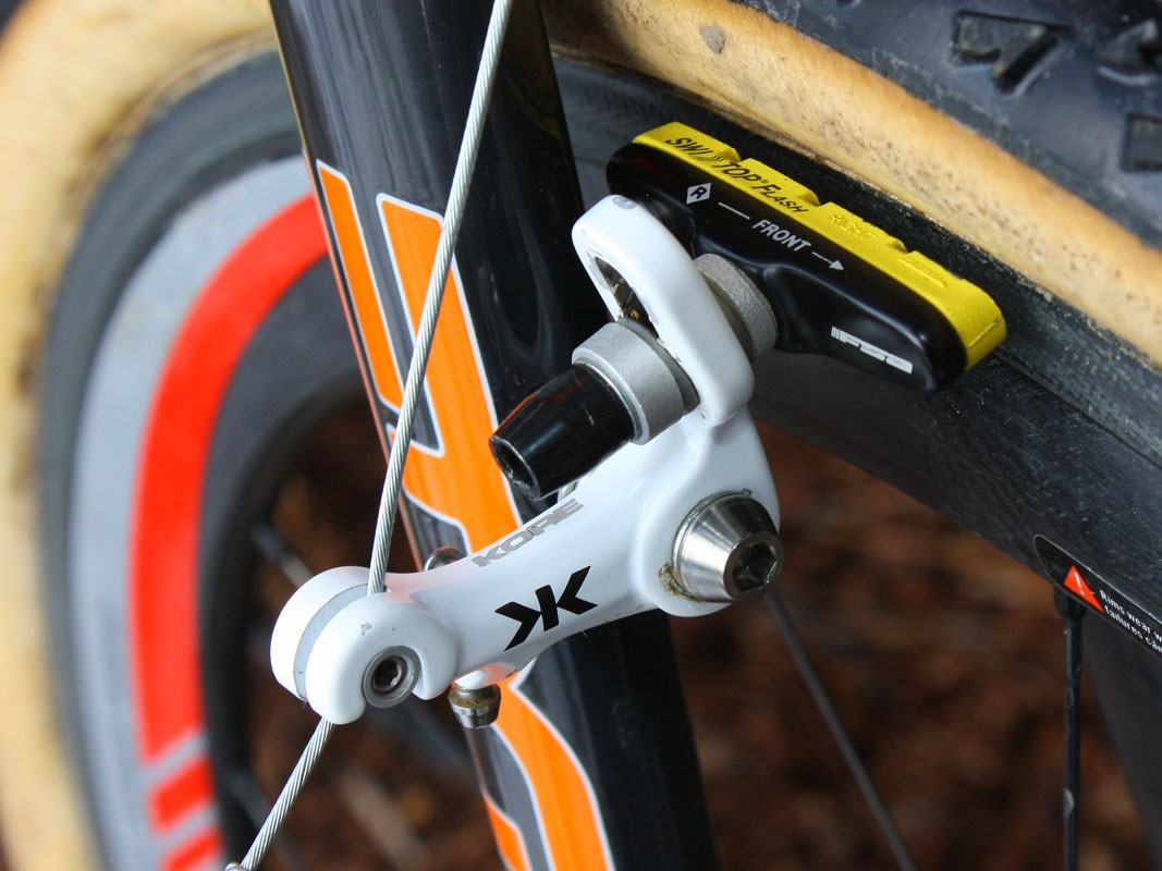 The KORE Race+ cantilevers feature a wide profile and road-style cartridge pads