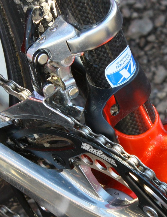 This setup probably works but seems rather excessive in light of more elegant – and lighter – options now available. The chain is kept from jumping to either side by a Salsa outer guard and a Third Eye chain watcher, and is secured up top by a dummy front derailleur