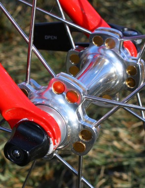 Cole anchor the hub end of the spoke in rotating aluminium barrels that they say allows for more precise alignment and more spoke tension