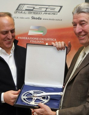 Claudio Marra and Felice Gimondi, the second cyclist to win all three Grand Tours, with the 2010 crankset that bears his name