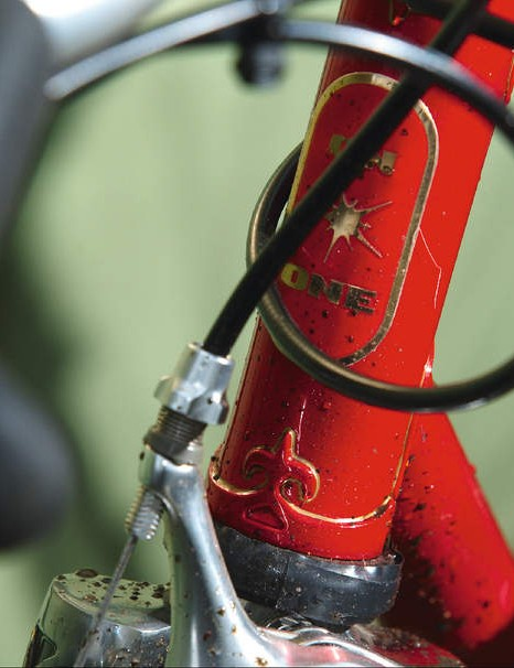 The elaborately curled Fleur de Lys lugs with gold painted lining detail sit proud against the blood red paint